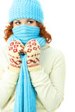 Mujer joven del jengibre que desgasta la ropa caliente del invierno Imágenes de archivo libres de regalías