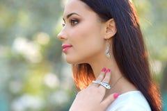 Mujer joven del modelo de moda del retrato del primer con el accessor de lujo Imágenes de archivo libres de regalías