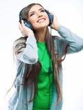 Mujer joven del movimiento con música que escucha de los auriculares. Teena de la música Fotografía de archivo