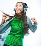 Mujer joven del movimiento con música que escucha de los auriculares. Teena de la música Foto de archivo libre de regalías