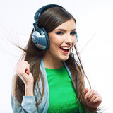 Mujer joven del movimiento con música que escucha de los auriculares Teena de la música Imágenes de archivo libres de regalías