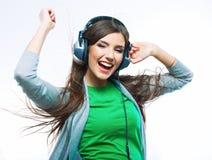 Mujer joven del movimiento con música que escucha de los auriculares Teena de la música Imagenes de archivo