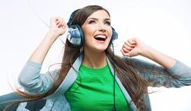 Mujer joven del movimiento con música que escucha de los auriculares Teena de la música Imagen de archivo