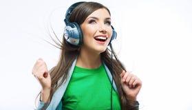 Mujer joven del movimiento con música que escucha de los auriculares Teena de la música Foto de archivo