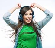 Mujer joven del movimiento con música que escucha de los auriculares Teena de la música Fotos de archivo