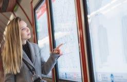 Mujer joven del negocio que mira a los calendarios imagen de archivo