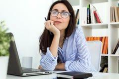 Mujer joven del negocio que trabaja con el ordenador portátil en la oficina Fotografía de archivo libre de regalías