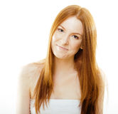 Mujer joven del pelirrojo de la belleza con el pelo rojo del vuelo, jengibre divertido Imagenes de archivo