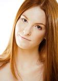 Mujer joven del pelirrojo de la belleza con el pelo rojo del vuelo, jengibre divertido franco Imagenes de archivo