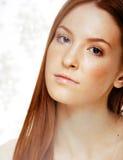 Mujer joven del pelirrojo de la belleza con el pelo rojo del vuelo, jengibre divertido franco Fotos de archivo