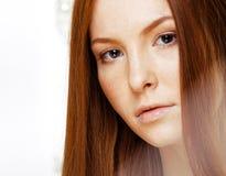 Mujer joven del pelirrojo de la belleza con el pelo rojo del vuelo, jengibre divertido franco Imagen de archivo