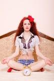 Mujer joven del pelirrojo de Sexi que medita en actitud del loto Imagenes de archivo