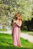Mujer joven del pelirrojo en primavera Fotografía de archivo