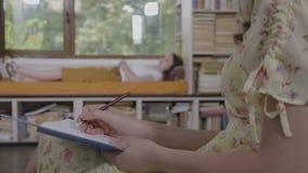 Mujer joven del psicólogo que aconseja a su paciente que tiene una sesión de terapia privada en su oficina mientras que paciente  metrajes