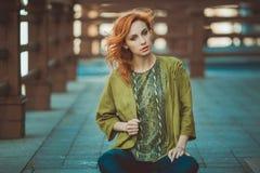 Mujer joven del redhead al aire libre Fotos de archivo libres de regalías