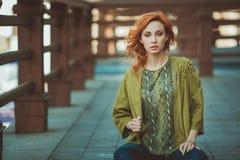 Mujer joven del redhead al aire libre Imágenes de archivo libres de regalías