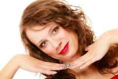 Mujer joven del retrato con el pelo rizado marrón largo de la belleza aislado Imagen de archivo libre de regalías