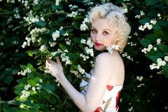 Mujer joven del retrato con las flores Fotografía de archivo libre de regalías