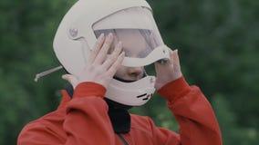 Mujer joven del retrato en la cámara lenta del casco protector Muchacha en casco en la cabeza almacen de video