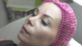 Mujer joven del retrato en salón cosmético Mujer hermosa en clínica cosmética Cosmetología y tratamiento profesionales adentro metrajes