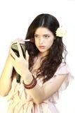 Mujer joven del retrato que aplica blusher Imagen de archivo libre de regalías