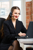 Mujer joven del servicio de atención al cliente Fotos de archivo