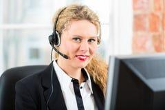 Mujer joven del servicio de atención al cliente Imágenes de archivo libres de regalías