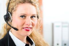 Mujer joven del servicio de atención al cliente Imagenes de archivo