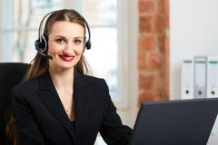 Mujer joven del servicio de atención al cliente Foto de archivo