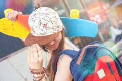 Mujer joven del skater de la moda con un monopatín Fotos de archivo