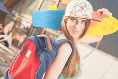 Mujer joven del skater de la moda con un monopatín Imágenes de archivo libres de regalías