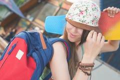 Mujer joven del skater de la moda con un monopatín Aventura, viaje del verano Imágenes de archivo libres de regalías