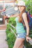 Mujer joven del skater de la moda con un monopatín Aventura, viaje del verano Imagenes de archivo