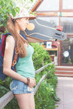 Mujer joven del skater de la moda con un monopatín Aventura, viaje del verano Fotografía de archivo libre de regalías