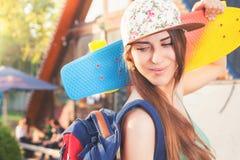 Mujer joven del skater de la moda con un monopatín Aventura, viaje del verano Foto de archivo libre de regalías