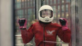 Mujer joven del skydiver que consigue lista para el vuelo en túnel de viento almacen de metraje de vídeo