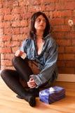 Mujer joven del trastorno Teary-Eyed con los tejidos Fotografía de archivo