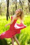 Mujer joven del verano adorable en vestido rojo largo Foto de archivo libre de regalías