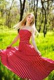 Mujer joven del verano adorable en vestido rojo largo Foto de archivo