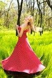 Mujer joven del verano adorable en vestido rojo largo Imagenes de archivo