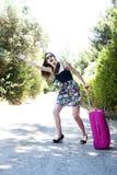 Mujer joven del viaje que hace autostop. Foto de archivo