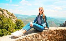 Mujer joven del viaje que se sienta en una montaña de España Foto de archivo libre de regalías
