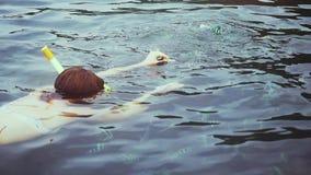 Mujer joven del viajero que bucea en pescados de alimentación de la máscara en el mar Cámara lenta 1920x1080 metrajes