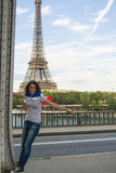 Mujer joven delante de la torre Eiffel Foto de archivo libre de regalías