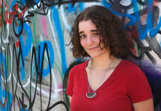 Mujer joven delante de una pared de la pintada, arte de la calle, Imagenes de archivo