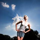 Mujer joven delgada con las manos en la cintura Imágenes de archivo libres de regalías