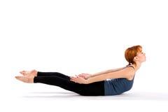 Mujer joven delgada que hace ejercicio de la yoga foto de archivo libre de regalías