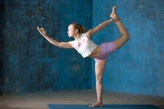Mujer joven deportiva hermosa que hace Natarajasana Fotos de archivo