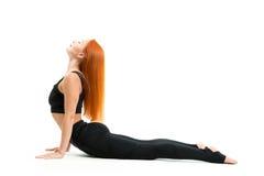 Mujer joven deportiva que hace asana de la yoga Imagen de archivo