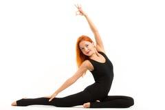 Mujer joven deportiva que hace asana de la yoga Fotos de archivo libres de regalías